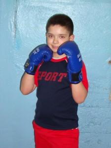 copil practicant de kickboxing