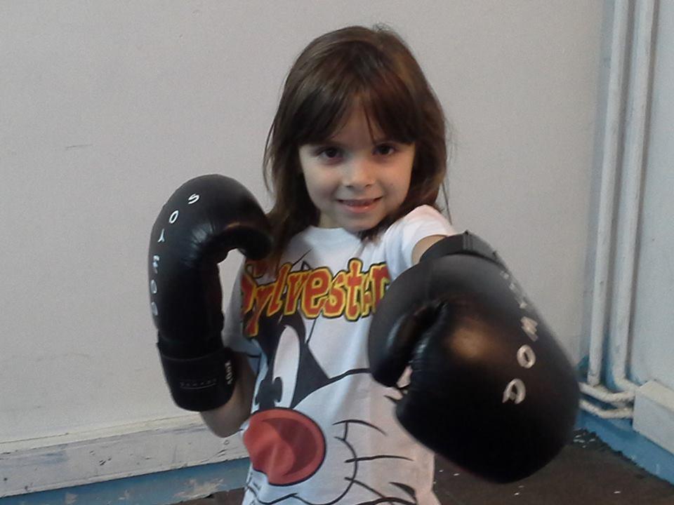 Kickboxing Copii Bucuresti - Maria practicanta de kickboxing la Shinpo